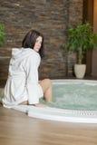 Mujer que se relaja en la tina caliente Imagen de archivo libre de regalías