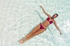 Mujer que se relaja en laguna azul Fotografía de archivo