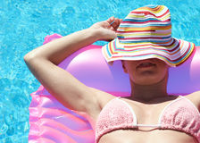 Mujer que se relaja en lilo imagenes de archivo