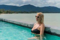 Mujer que se relaja en piscina Foto de archivo libre de regalías