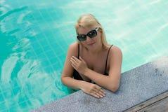 Mujer que se relaja en piscina Imágenes de archivo libres de regalías
