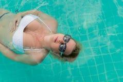 Mujer que se relaja en piscina Fotografía de archivo libre de regalías