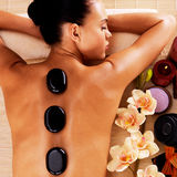 Mujer que se relaja en salón del balneario con las piedras calientes en cuerpo fotos de archivo libres de regalías
