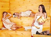Mujer que se relaja en sauna. Imagen de archivo libre de regalías