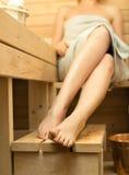 Mujer que se relaja en sauna imagenes de archivo
