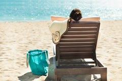 Mujer que se relaja en silla de cubierta Fotografía de archivo