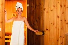 Mujer que se relaja en sitio de madera de la sauna Imágenes de archivo libres de regalías