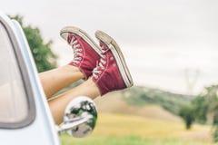 Mujer que se relaja en su coche Fotos de archivo