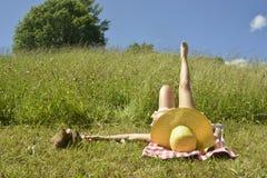 Mujer que se relaja en un prado verde Foto de archivo libre de regalías