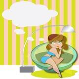 Mujer que se relaja en un sofá con la burbuja del discurso Imagenes de archivo