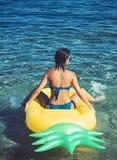 Mujer que se relaja en una agua de la piscina o de mar imágenes de archivo libres de regalías