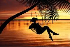 Mujer que se relaja en una hamaca Fotos de archivo