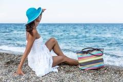 Mujer que se relaja en una playa Fotografía de archivo