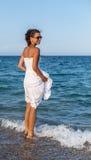 Mujer que se relaja en una playa Fotografía de archivo libre de regalías