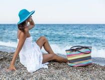 Mujer que se relaja en una playa Imagenes de archivo