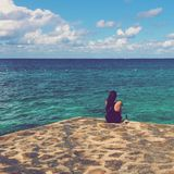Mujer que se relaja por el mar Foto de archivo