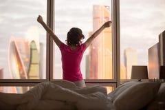 Mujer que se relaja por la mañana en cama Fotografía de archivo libre de regalías