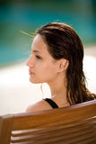 Mujer que se relaja por la piscina Foto de archivo