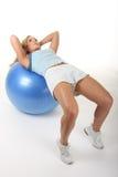 Mujer que se resuelve con la bola del ejercicio Foto de archivo