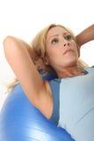 Mujer que se resuelve con la bola del ejercicio Fotografía de archivo