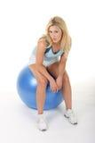 Mujer que se resuelve con la bola del ejercicio Fotos de archivo