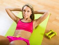 Mujer que se resuelve con pesas de gimnasia Fotos de archivo