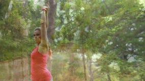 Mujer que se resuelve en el bosque metrajes