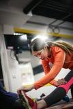 Mujer que se resuelve en el gimnasio Imagen de archivo