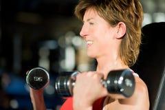 Mujer que se resuelve en gimnasia Fotos de archivo libres de regalías