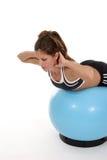 Mujer que se resuelve en la bola 4 del ejercicio Foto de archivo