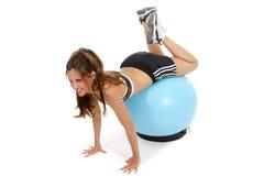 Mujer que se resuelve en la bola 5 del ejercicio Fotografía de archivo