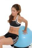 Mujer que se resuelve en la bola 7 del ejercicio Fotografía de archivo libre de regalías