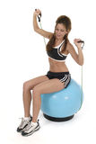 Mujer que se resuelve en la bola 8 del ejercicio Foto de archivo libre de regalías