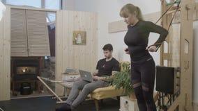 Mujer que se resuelve en su sala de estar almacen de metraje de vídeo