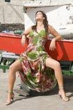 Mujer que se sienta bajo el sol Imagen de archivo libre de regalías