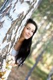 Mujer que se sienta cerca del árbol imagen de archivo