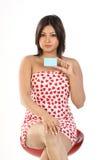 Mujer que se sienta con de la tarjeta de crédito Imágenes de archivo libres de regalías
