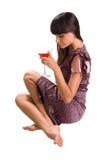 Mujer que se sienta con el vidrio de martini a disposición Fotos de archivo libres de regalías