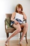 Mujer que se sienta con estilo imagen de archivo