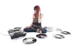 Mujer que se sienta con la placa giratoria y los expedientes del vinilo Imagen de archivo libre de regalías