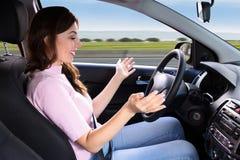 Mujer que se sienta dentro del uno mismo que conduce el coche foto de archivo libre de regalías