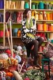 Mujer que se sienta en agujas que hacen punto de la explotación agrícola del taburete Foto de archivo