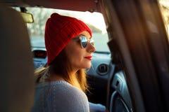Mujer que se sienta en asiento de pasajero del coche Enjoyi del adolescente del inconformista Fotos de archivo libres de regalías