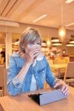 Mujer que se sienta en el café Foto de archivo libre de regalías