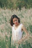 Mujer que se sienta en el campo de hierba foto de archivo libre de regalías