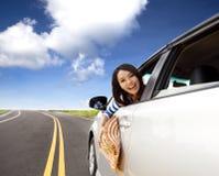 Mujer que se sienta en el coche Imagen de archivo libre de regalías