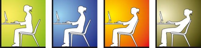 Mujer que se sienta en el frente de un ordenador stock de ilustración