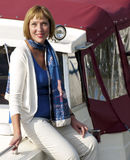 Mujer que se sienta en el lado de un barco Foto de archivo libre de regalías