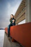 Mujer que se sienta en el parapeto imagen de archivo