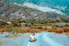 Mujer que se sienta en el suelo fotografía de archivo